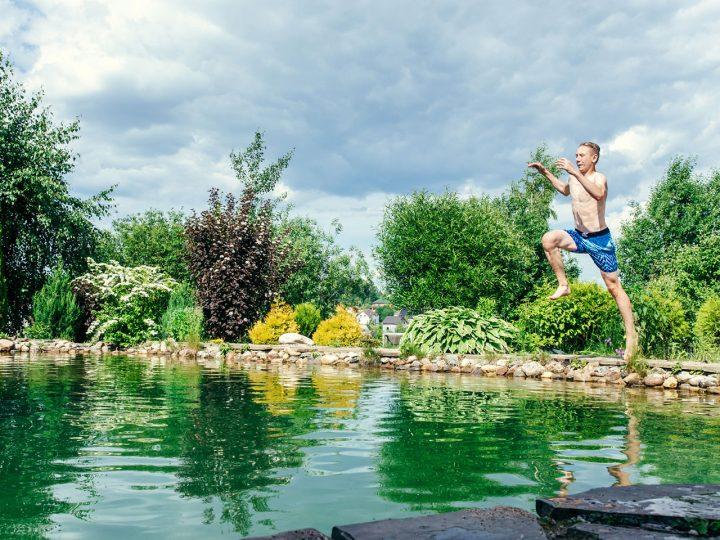 Nechce sa vám k moru? Skočte si do vlastného záhradného jazierka!