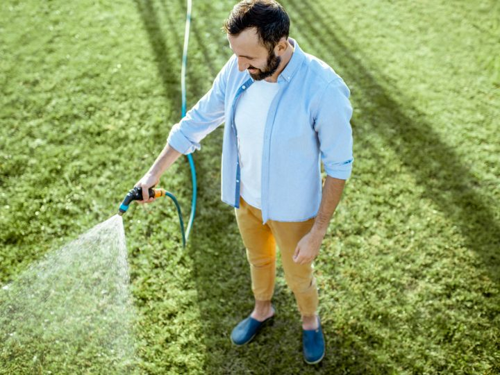 Záhradu môže zničiť sucho, ale aj zlé zavlažovanie. Čo tak začať polievať trávnik správne?